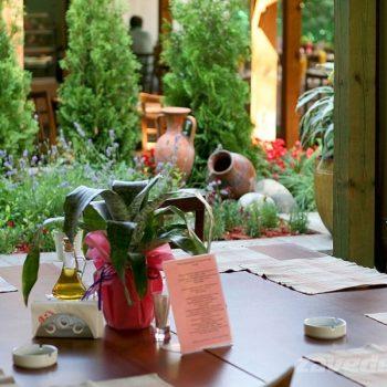 Маса в градината на ресторант Фантазия